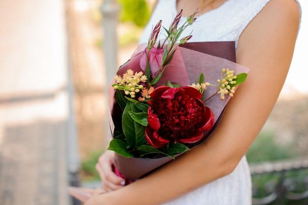 Bela combinação de flores coloridas nas mãos da mulher