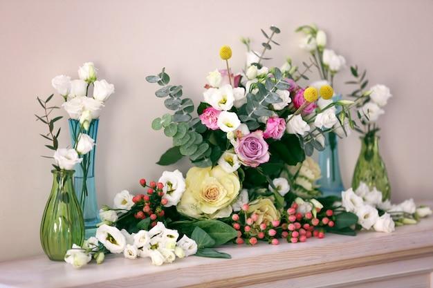 Bela composição com flores frescas na lareira