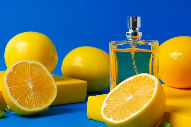 Bela composição com frasco de perfume e frutas cítricas