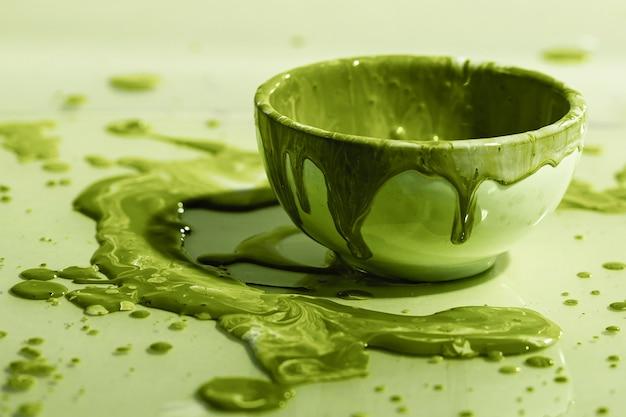 Bela composição com tinta verde e tigela