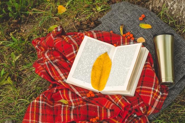 Bela composição com uma xícara de chá e um livro velho. dia chuvoso, verão ou outono. estilo vintage.