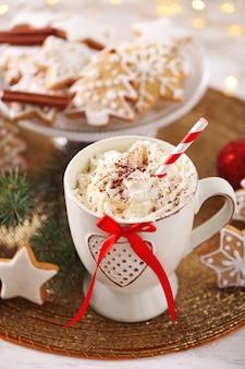 Bela composição com xícara de cappuccino e biscoitos de natal