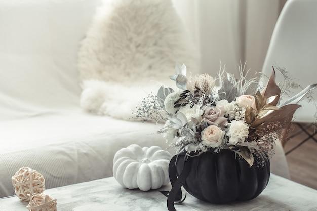 Bela composição de flores no interior da sala.