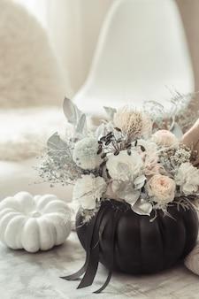 Bela composição de flores no interior da sala