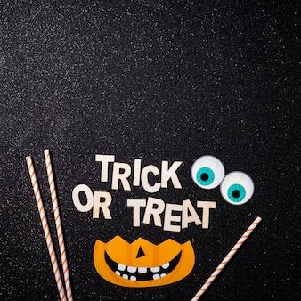 Bela composição de halloween com texto de travessuras ou travessuras