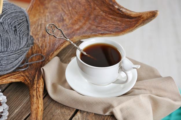 Bela composição de inverno com um copo de bebida quente