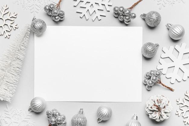 Bela composição de natal com cartão em branco sobre fundo claro
