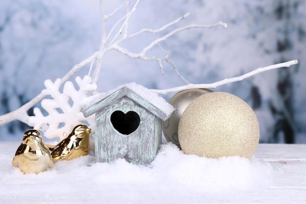 Bela composição de natal com casinha de passarinho