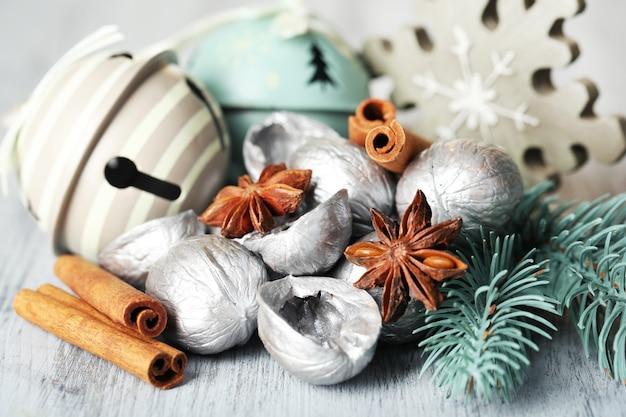 Bela composição de natal com nozes de prata, na mesa de madeira
