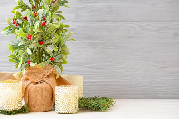 Bela composição de natal com planta de visco em fundo de madeira.