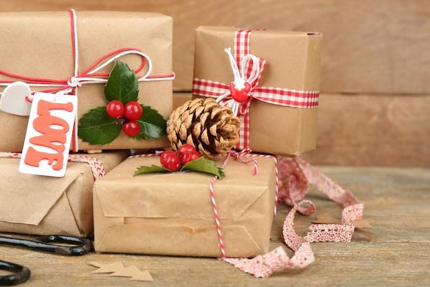 Bela composição de natal com presentes artesanais em fundo de madeira