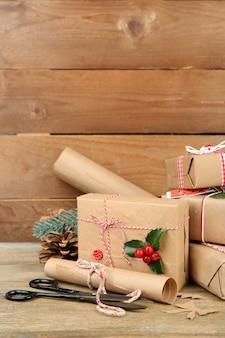 Bela composição de natal com presentes artesanais em superfície de madeira