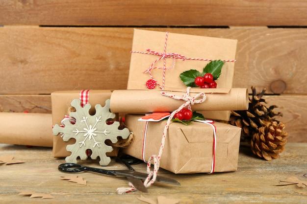 Bela composição de natal com presentes artesanais na mesa de madeira