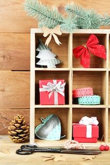 Bela composição de natal com presentes em caixote de madeira