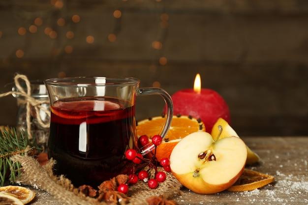 Bela composição de natal de quentão na mesa de madeira decorada