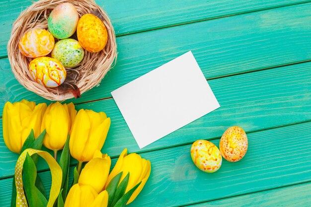 Bela composição de páscoa com ovos e flores decorados