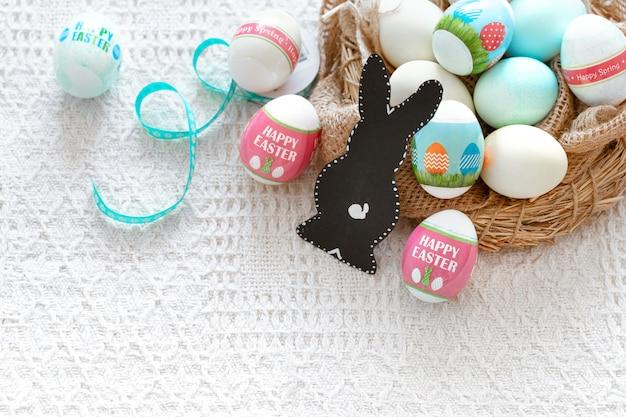 Bela composição de páscoa com ovos e uma lebre.