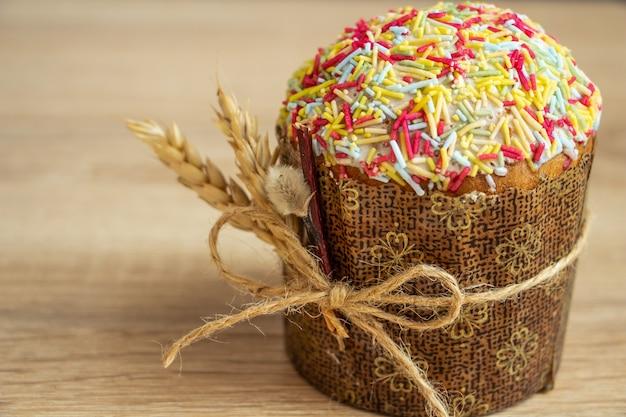 Bela composição de páscoa, tradicionalmente, espigas de bolo de páscoa de trigo