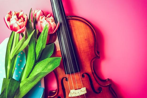 Bela composição de primavera de violino e flores