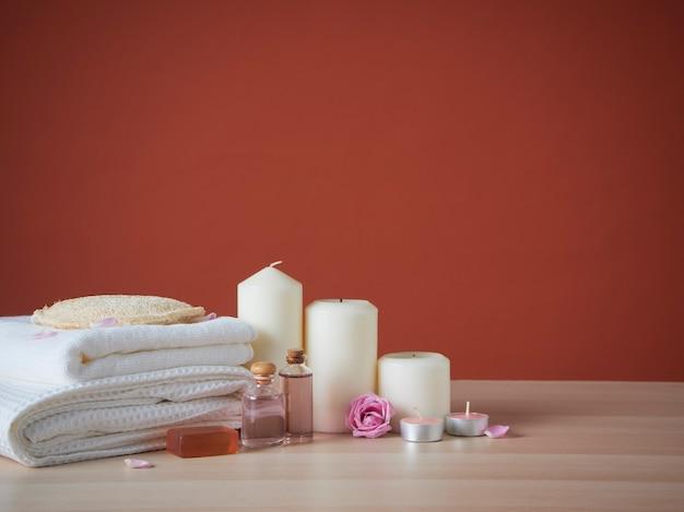Bela composição de spa com velas perfumadas e rosas na mesa
