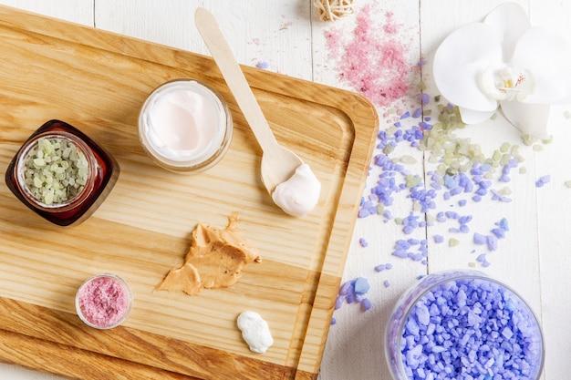 Bela composição de spa na mesa de massagem no centro de bem-estar, copyspace