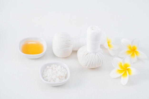 Bela composição de spa na mesa de massagem no centro de bem-estar,