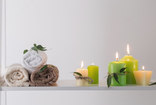 Bela composição de tratamento de spa em fundo branco