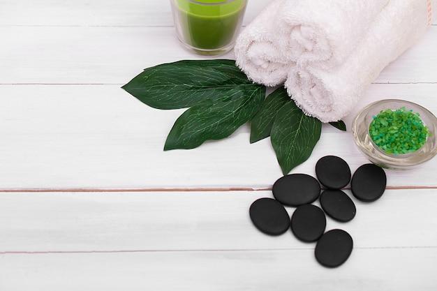 Bela composição de tratamento de spa em mesa de madeira branca
