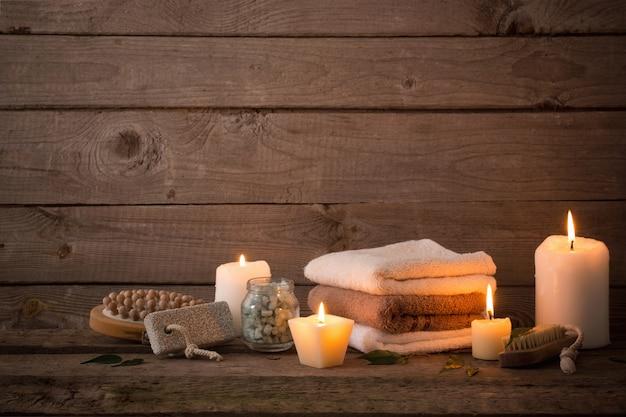 Bela composição de tratamento de spa no fundo escuro de madeira