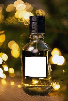 Bela composição de um frasco de perfume em uma mesa de madeira contra o fundo