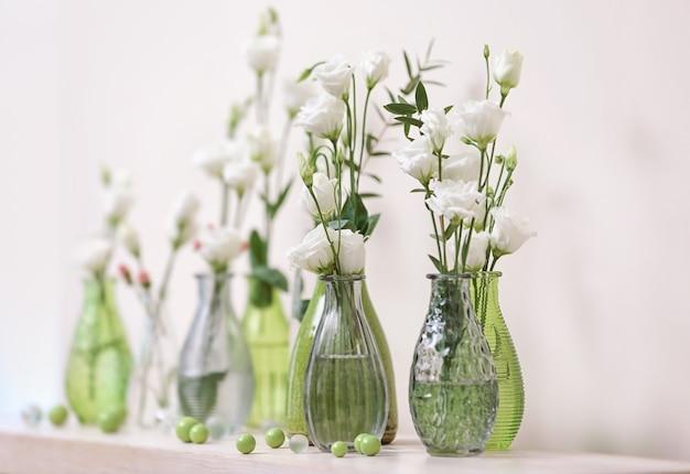 Bela composição floral em fundo claro