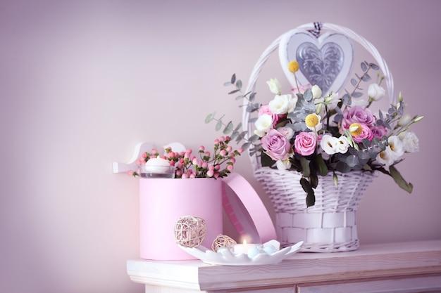 Bela composição floral na lareira