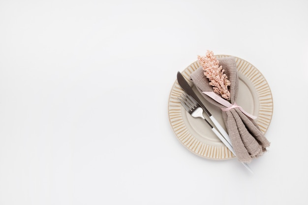 Bela configuração de mesa com vista de cima para dia dos namorados em branco