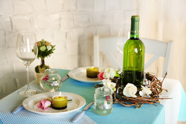 Bela configuração de mesa de páscoa de feriado em tons de azul, sobre fundo claro