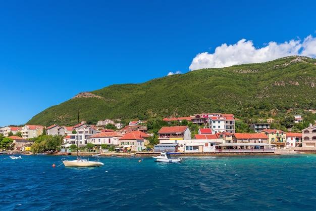 Bela costa do mar adriatíaco perto de kotor, montenegro