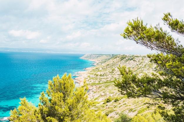 Bela costa do mar perto da aldeia de maiorca