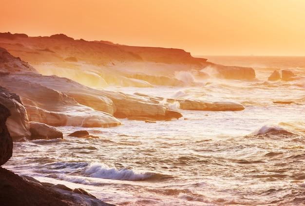 Bela costa marítima em chipre ao nascer do sol