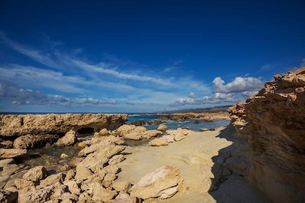 Bela costa marítima em chipre