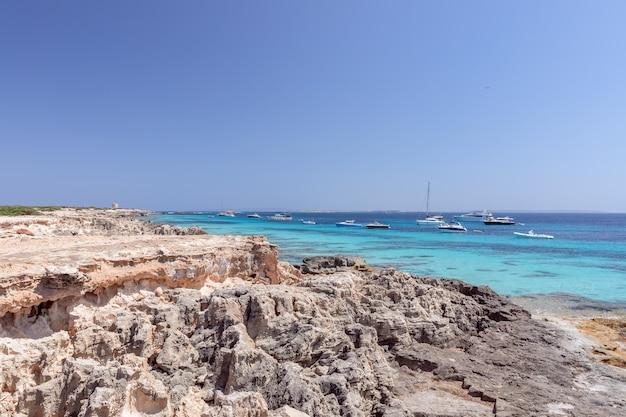 Bela costa rochosa e mar azul-turquesa da ilha de ibiza