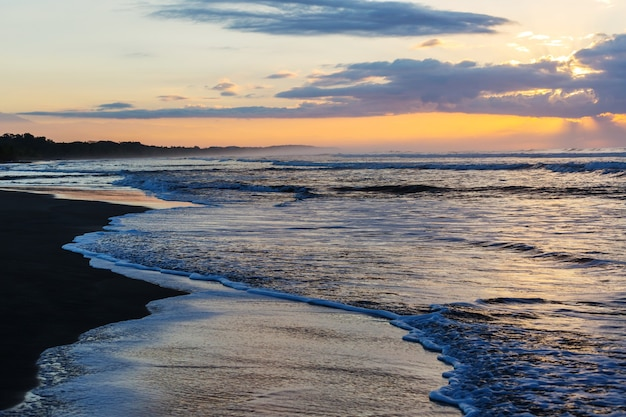 Bela costa tropical do oceano pacífico na costa rica