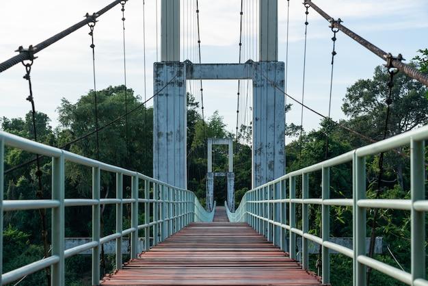 Bela da mais longa ponte de suspensão na região nordeste do parque nacional de tana rapids, ubonratchatani, tailândia