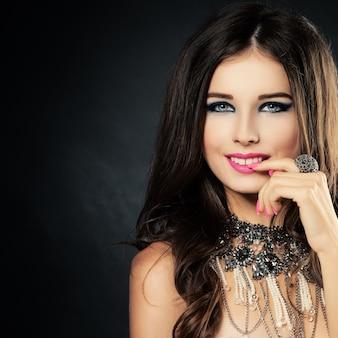 Bela dama com maquiagem e anel e colar de joias