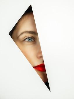 Bela dama com rosa vermelha, olhando por trás do fundo usando estêncil