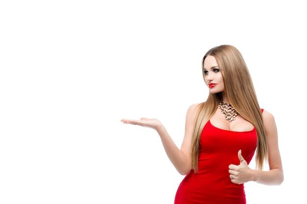 Bela dama de vestido vermelho com lábios vermelhos de maquiagem brilhante, busto lindo. uma jovem mulher com cabelo comprido, colar de ouro no pescoço exibindo anúncios. isolado no fundo branco.