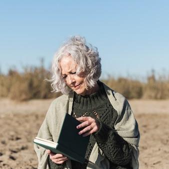 Bela dama lendo livro plano médio