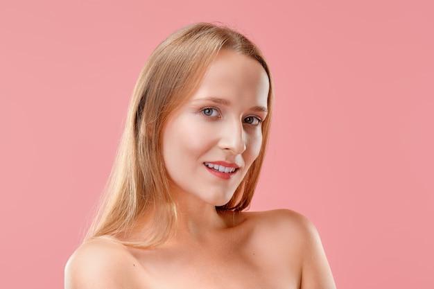 Bela dama sem maquiagem e com pele saudável e dentes brancos posando