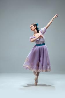 Bela dançarina de salão contemporânea isolada em fundo cinza.