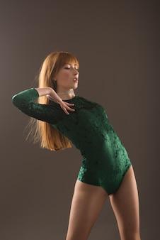 Bela dançarina posando em um estúdio em fundo cinza