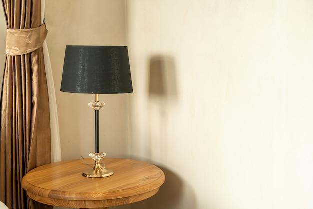 Bela decoração da lâmpada na mesa de madeira