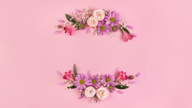 Bela decoração de flores contra um fundo rosa